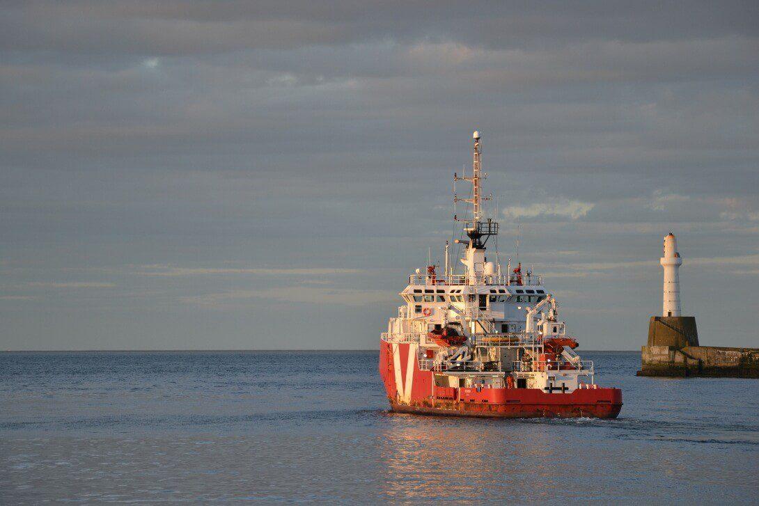 Statek wychodzący z portu w Aberdeen