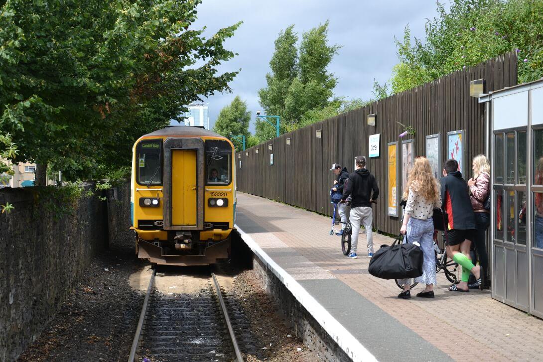 Pociąg na stacji Cardiff Bay