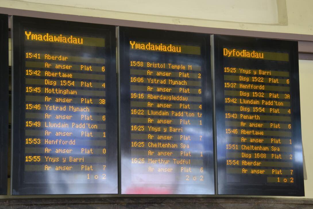 Tablica odjazdów w stacji Cardiff