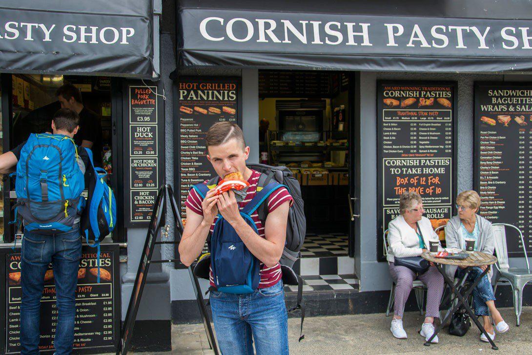 Bartek zajadający się kornwalijskim pasty