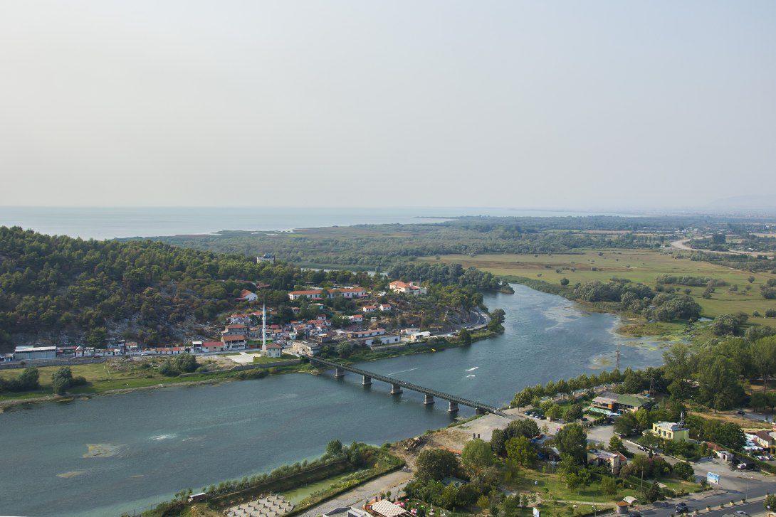 Widok z zamku Rozafa na Szkodrę i Jezioro Szkoderskie