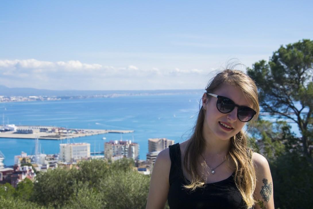 Natalka z zatoką Palma de Mallorca w tle.