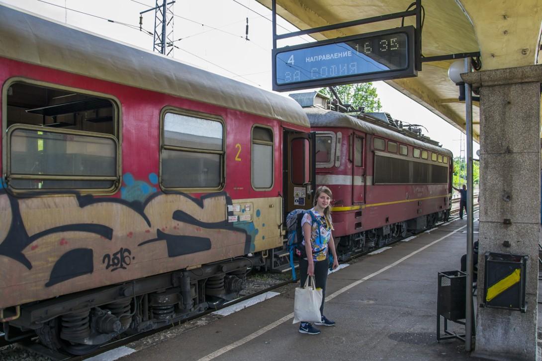 Natalia przed pociągiem z Ruse do Sofii.