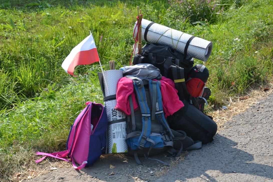 Plecaki autostopowiczów podczas podróży autostopem do Albanii