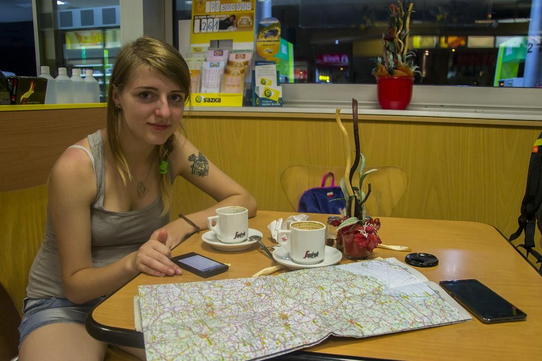 Natalia na stacji paliw w Mikulovie