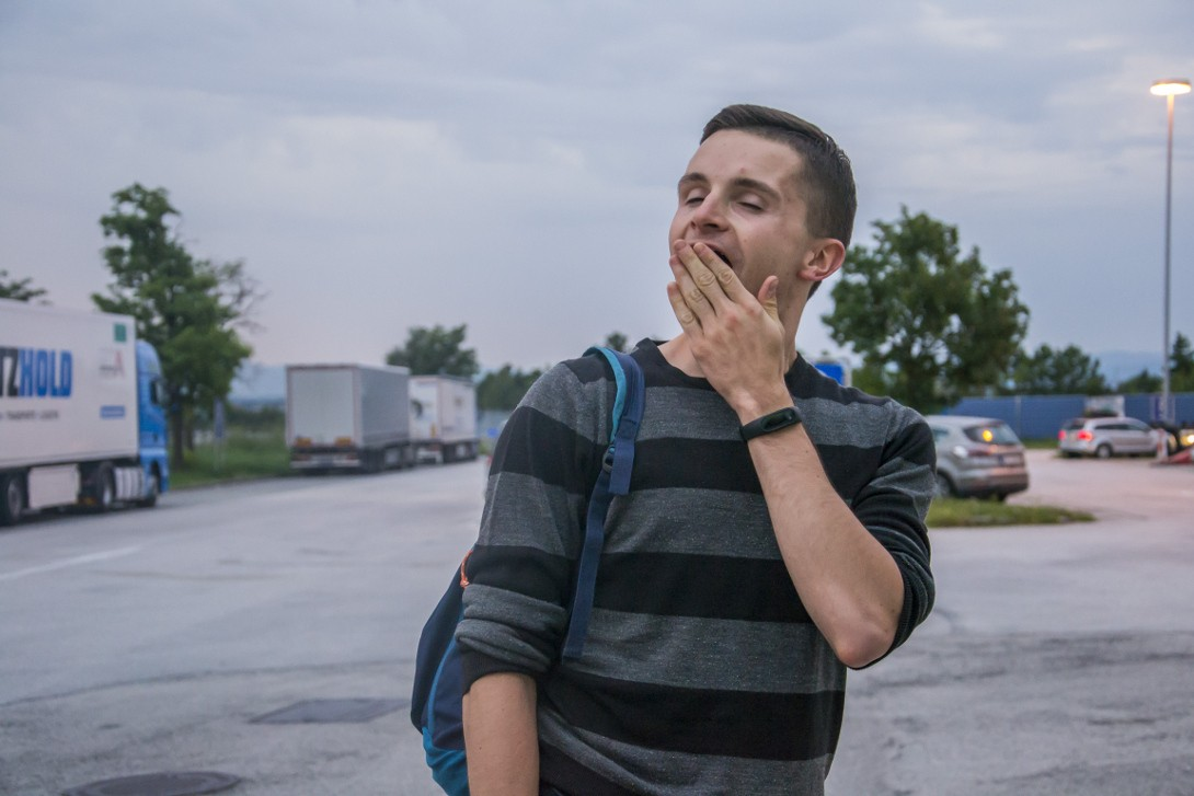 Zmęczony Bartek podczas podróży autostopem do Albanii