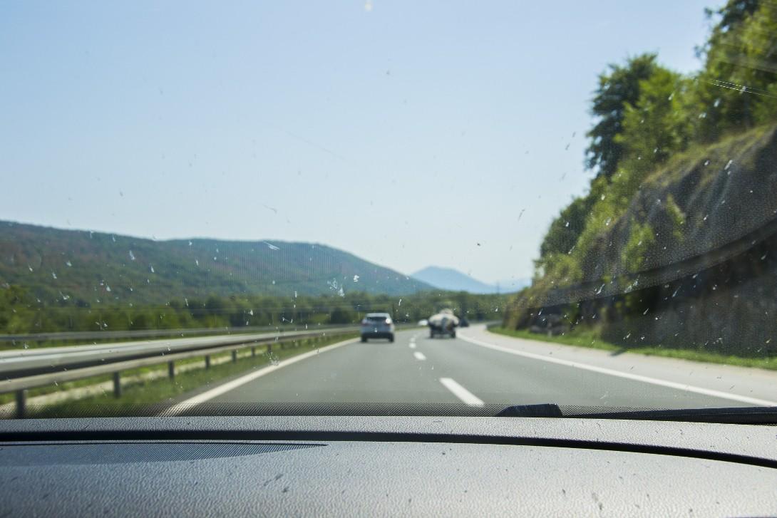 Widok z okna samochodu podczas podróży autostopem do Albanii