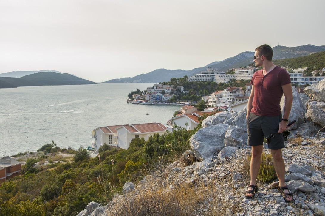 Bartek z wybrzeżem Adriatyku w tle
