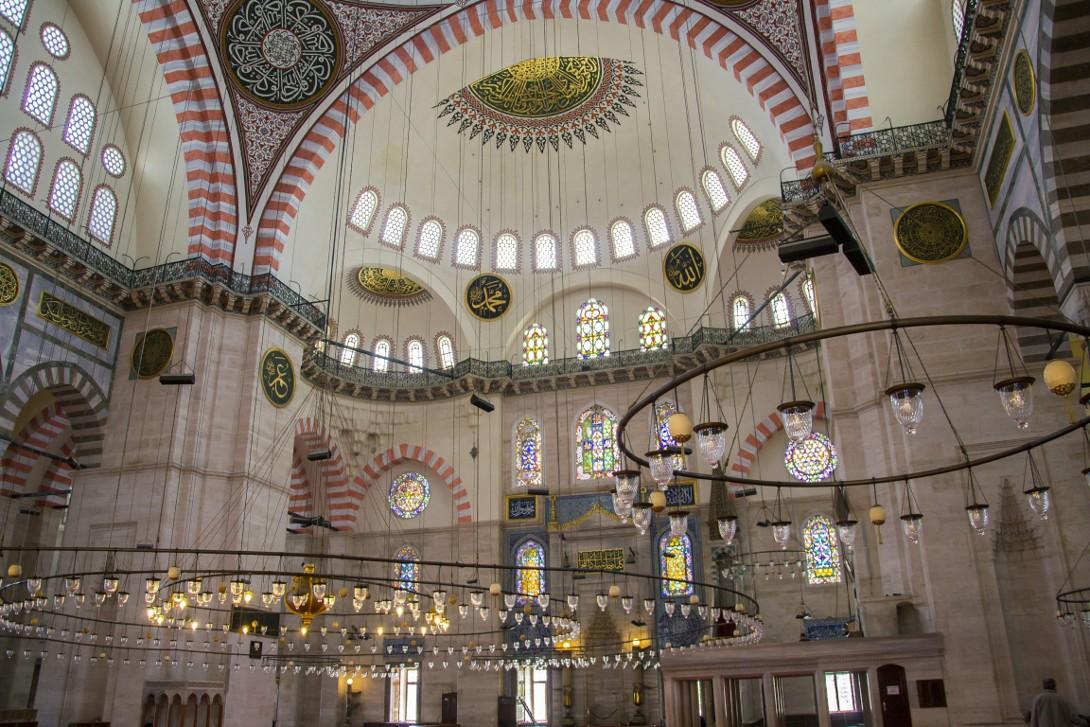 Wnętrze meczetu Sulejmana w Stambule
