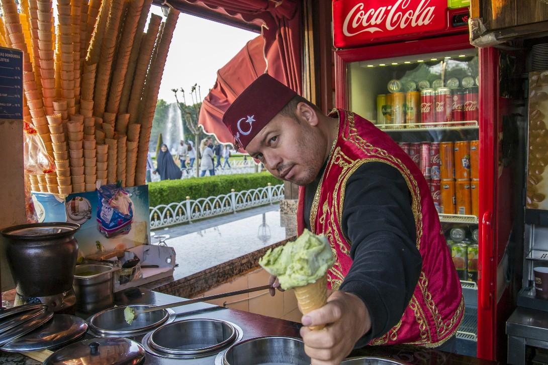 Osoba przygotowująca lody dondurma