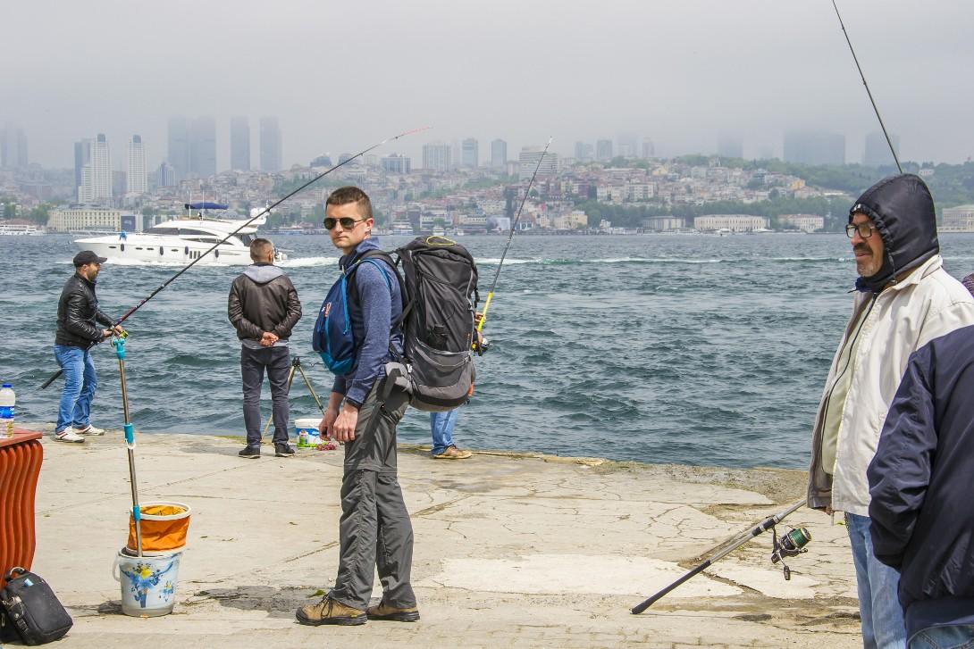 Bartek na tle cieśniny Bosfor w Stambule
