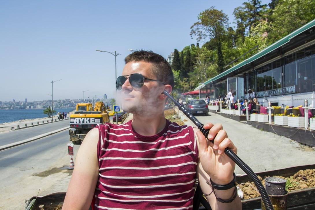 Bartek palący fajkę wodną