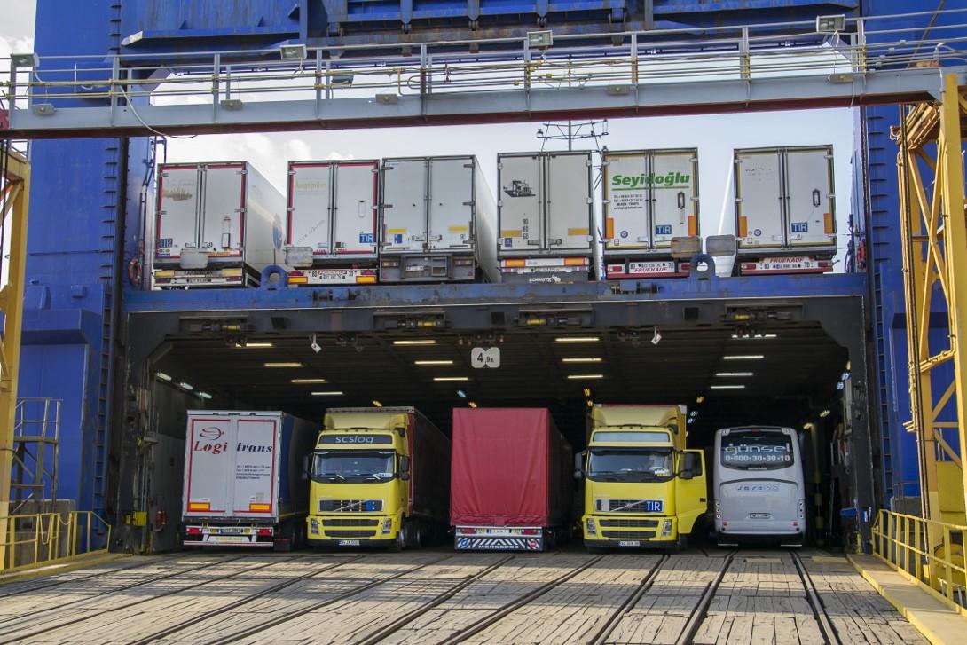 Ciężarówki na pokładzie statku Kaunas Seeways