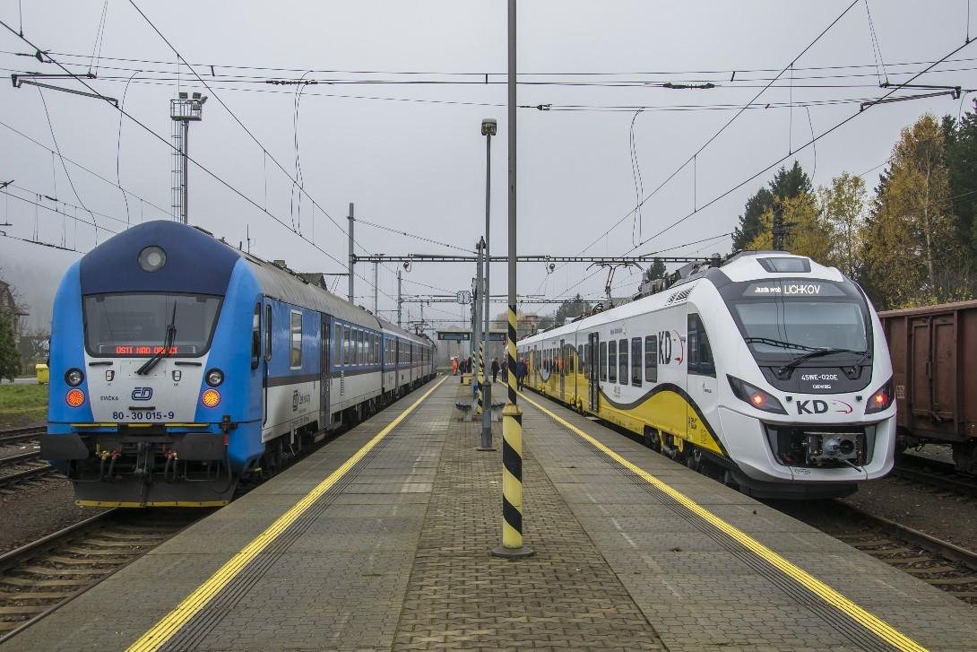 Pociągi Kolei Dolnośląskich i CD na stacji Lichkov