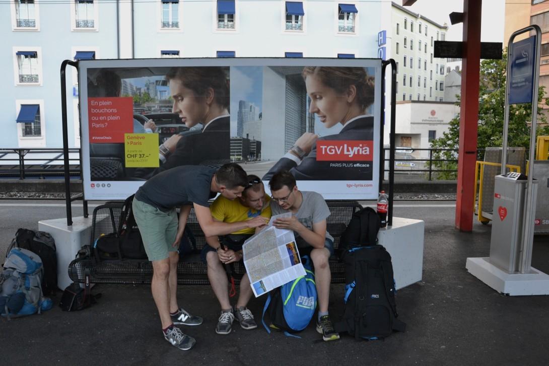 Przygotowywanie planów wyprawy na stacji kolejowej w Genewie