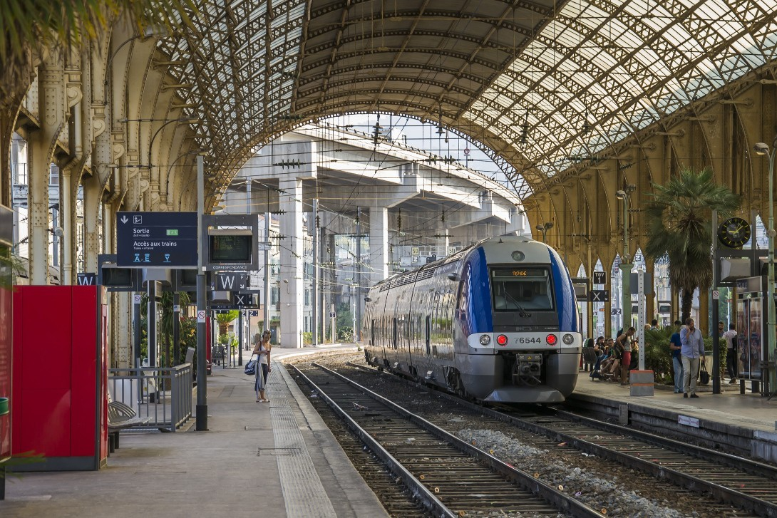 Pociąg na stacji w Nicei