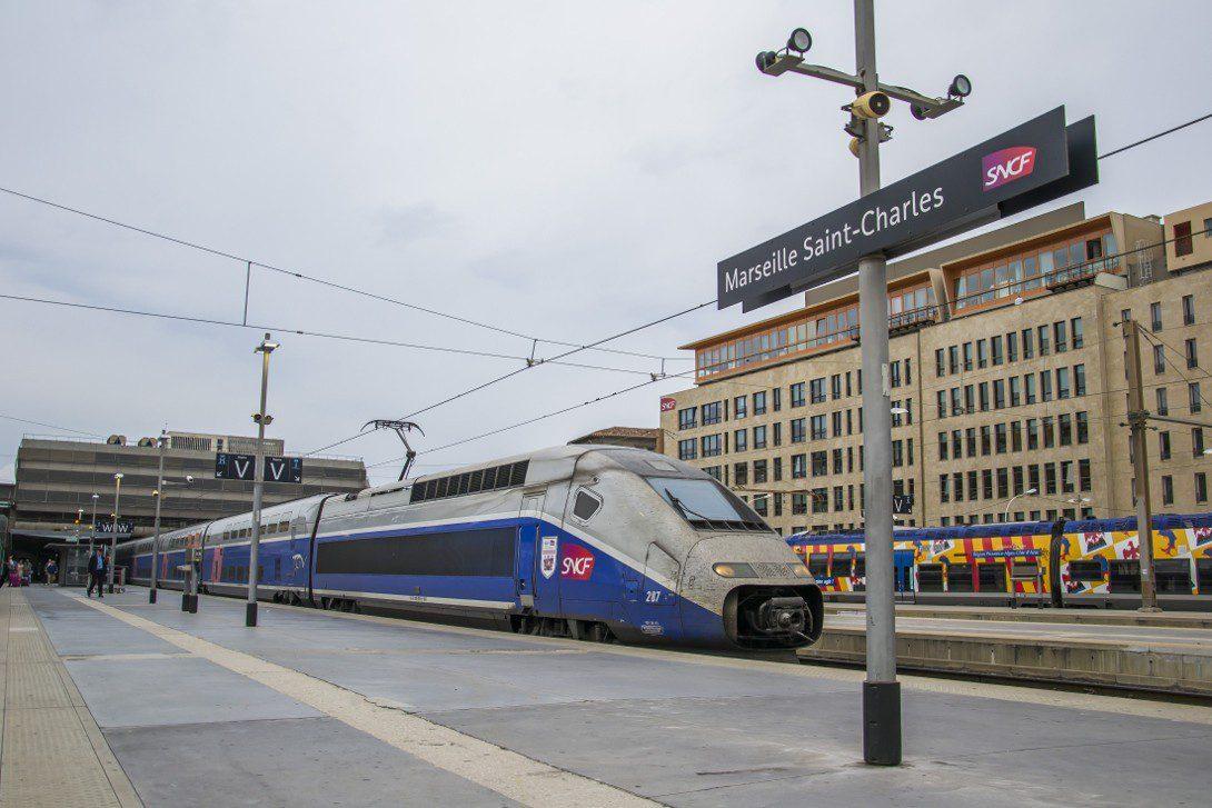 Skład TGV na stacji kolejowej w Marsylii