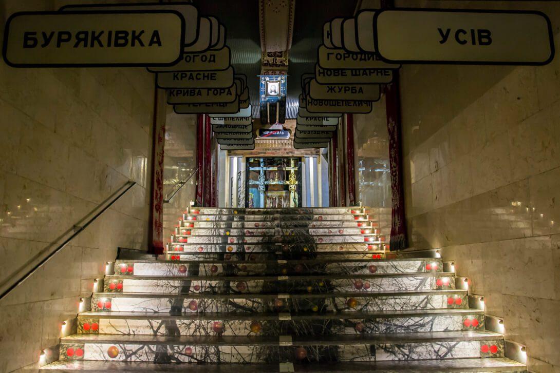 Tablice opuszczonych miast w Muzeum Czarnobyla w Kijowie