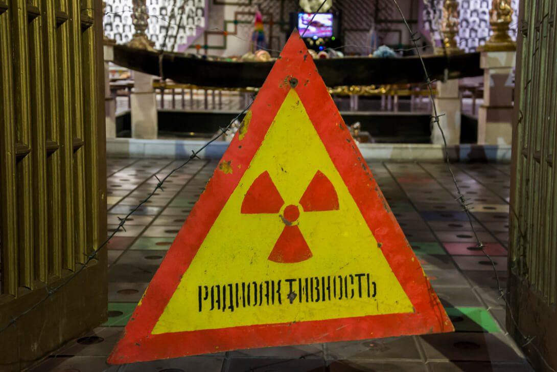 Znak ostrzegający przed promieniowaniem w Muzeum Czarnobyla w Kijowie
