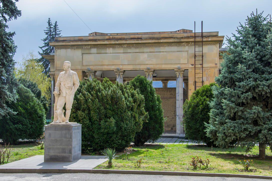 Pomnik Stalina przed Muzeum Stalina w Gori