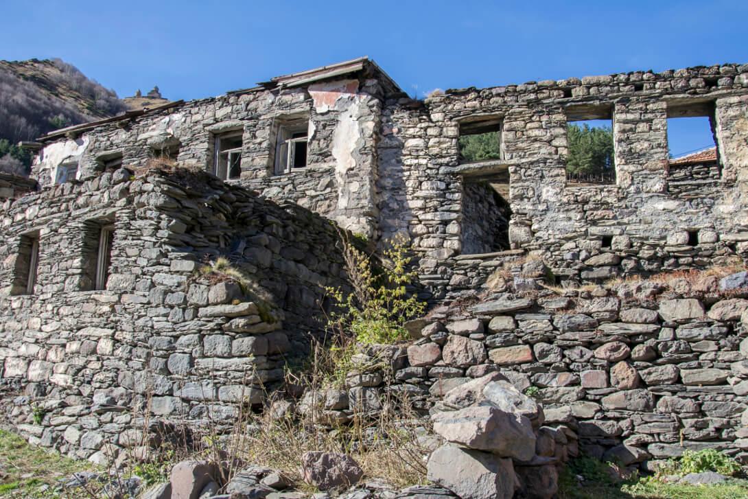 Wioska Gergeti w drodze do klasztoru Cminda Sameba