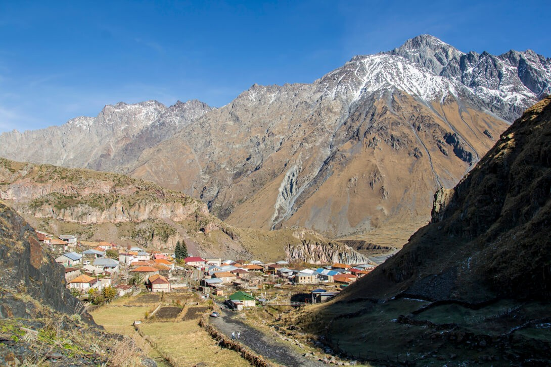Droga do klasztoru Cminda Sameba i widok na wioskę Gergeti