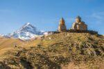 Widok na Kazbek i klasztor Cminda Sameba