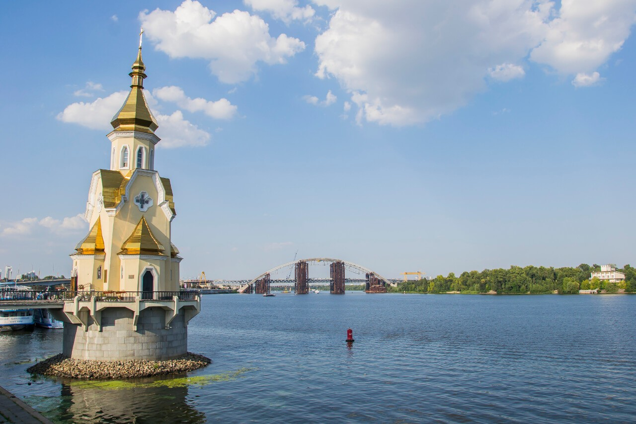 Zwiedzanie Kijowa - Widok na cerkiew św. Mikołaja na Wodzie i Dniepr