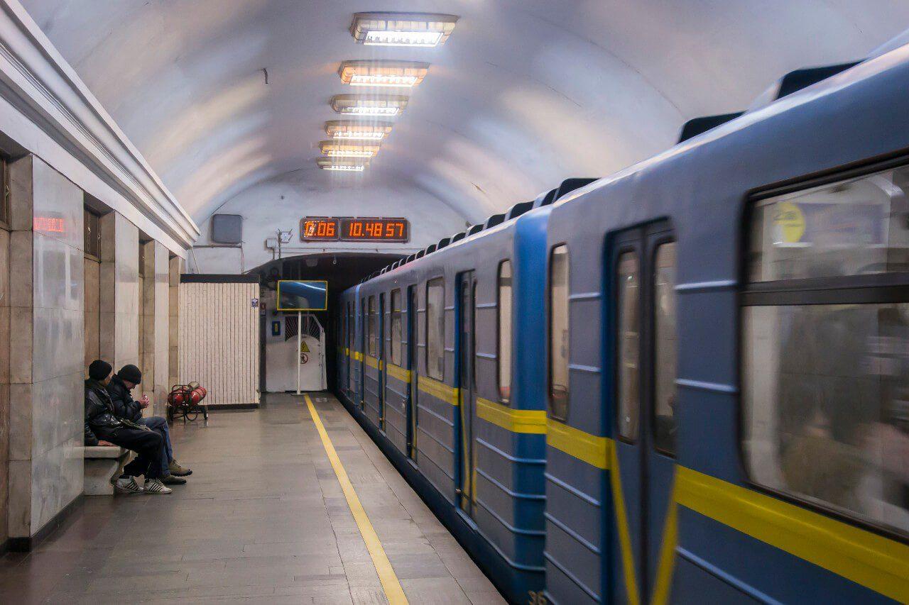 Pociąg na stacji metra w Kijowie
