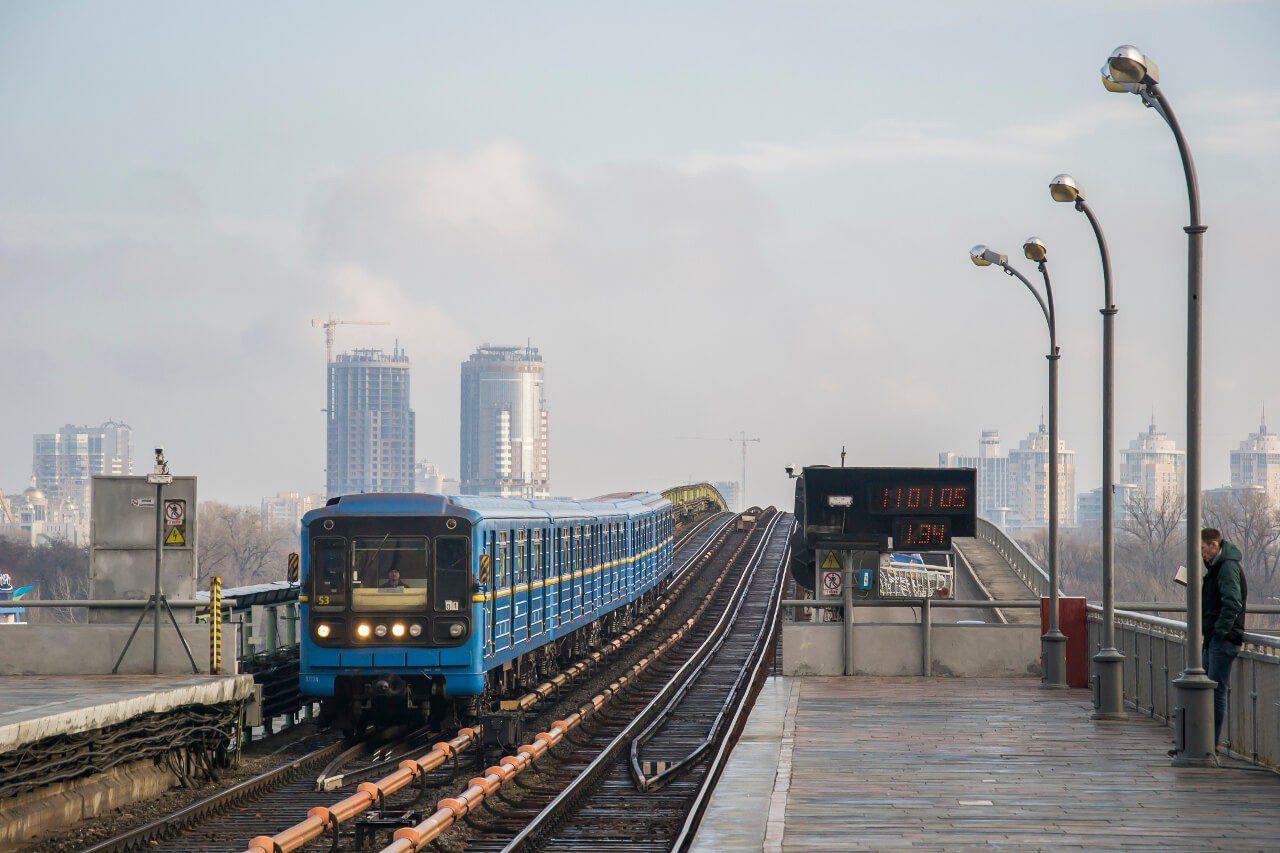 Pociąg metra na stacji metra w Kijowie