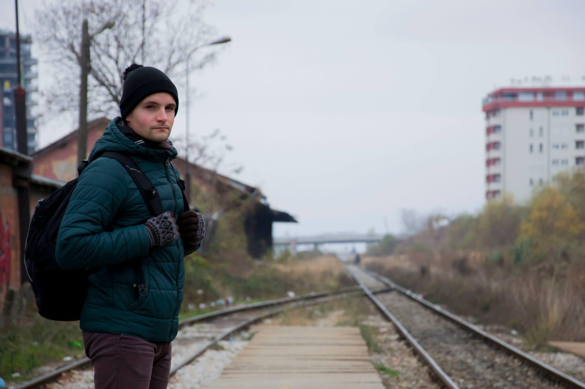 Bartek na dworcu kolejowym w Prisztinie