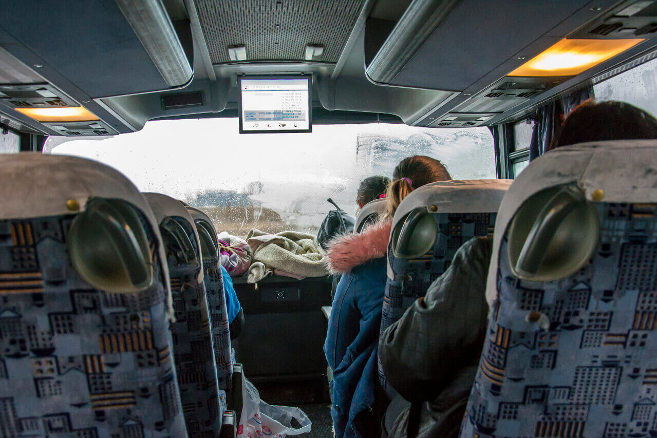 Wnętrze autobusu w Kosowie
