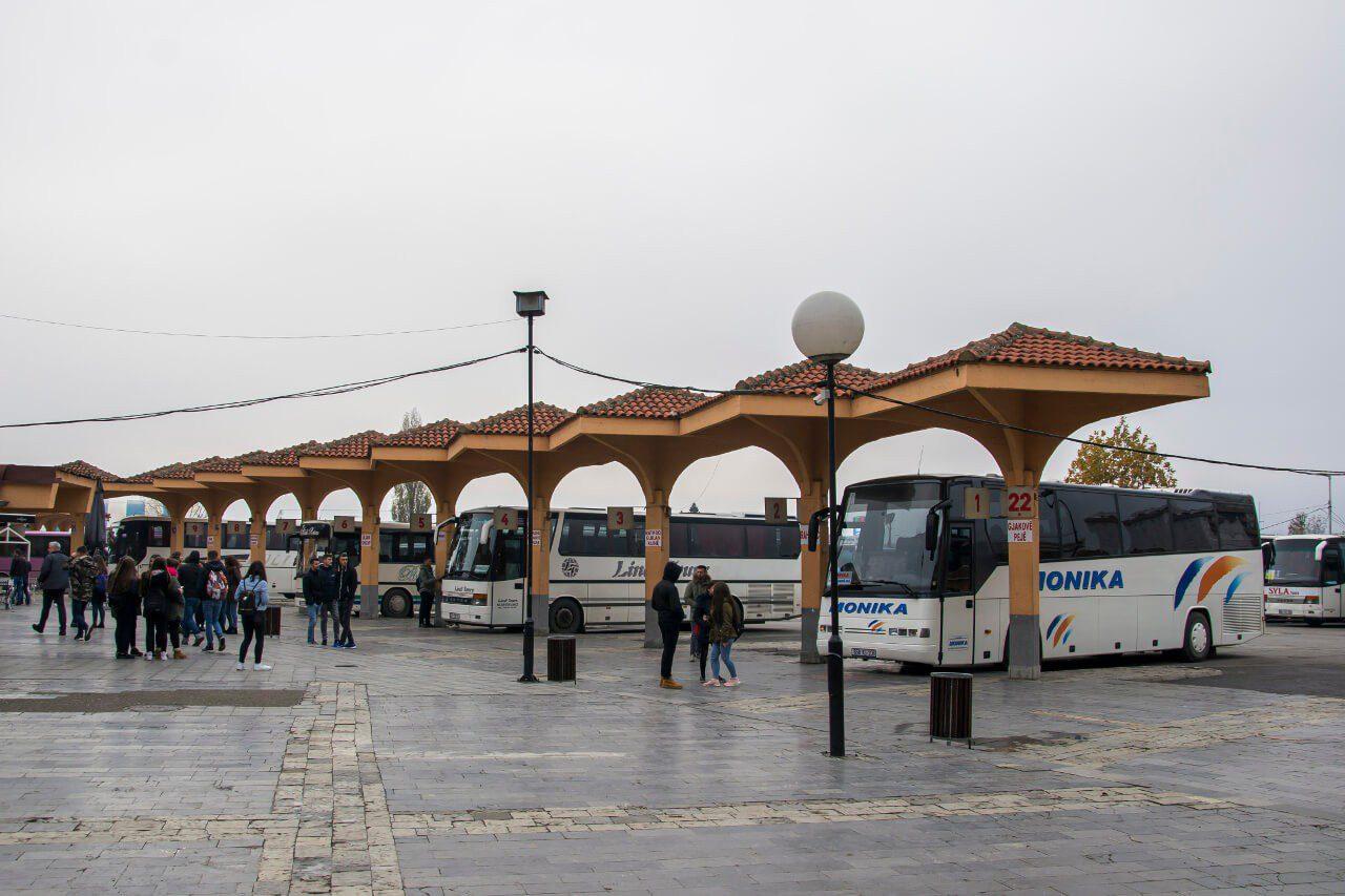 Stanowiska odjazdu na dworcu kolejowym w Prisztinie