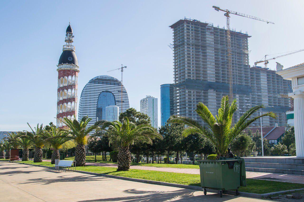 Nadmorska promenada w Batumi pełna nowoczesnych budynków i drogich hoteli