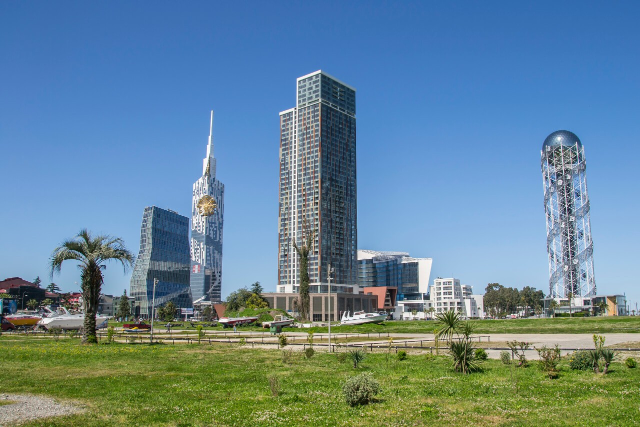 Wieża Alfabetu i Diabelski Młyn wewnątrz budynku w Batumi