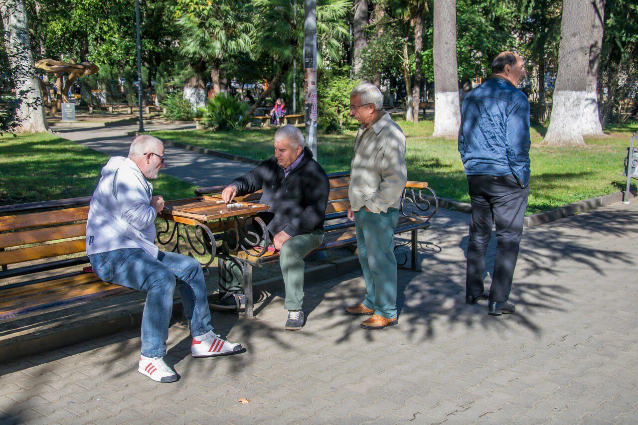 Ludzie grający w parku w Kutaisi