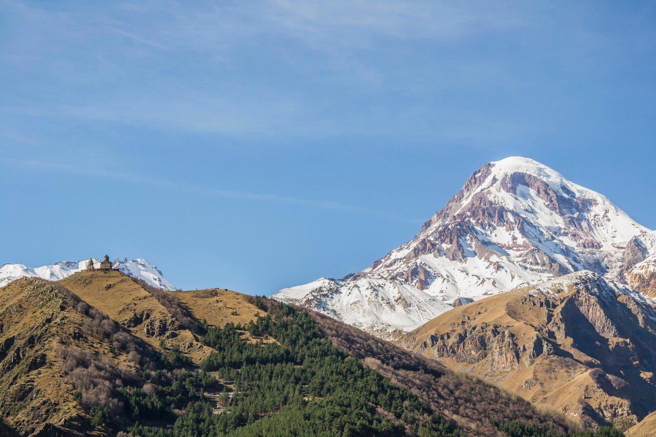 Co zobaczyć w Gruzji - klasztor Cminda Sameba i majestatyczny szczyt Kazbeku