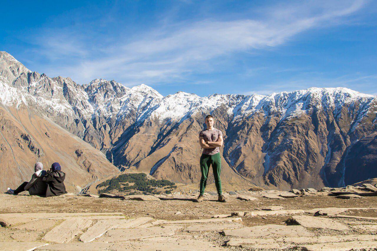 Bartek na tle gór Wielkiego Kaukazu