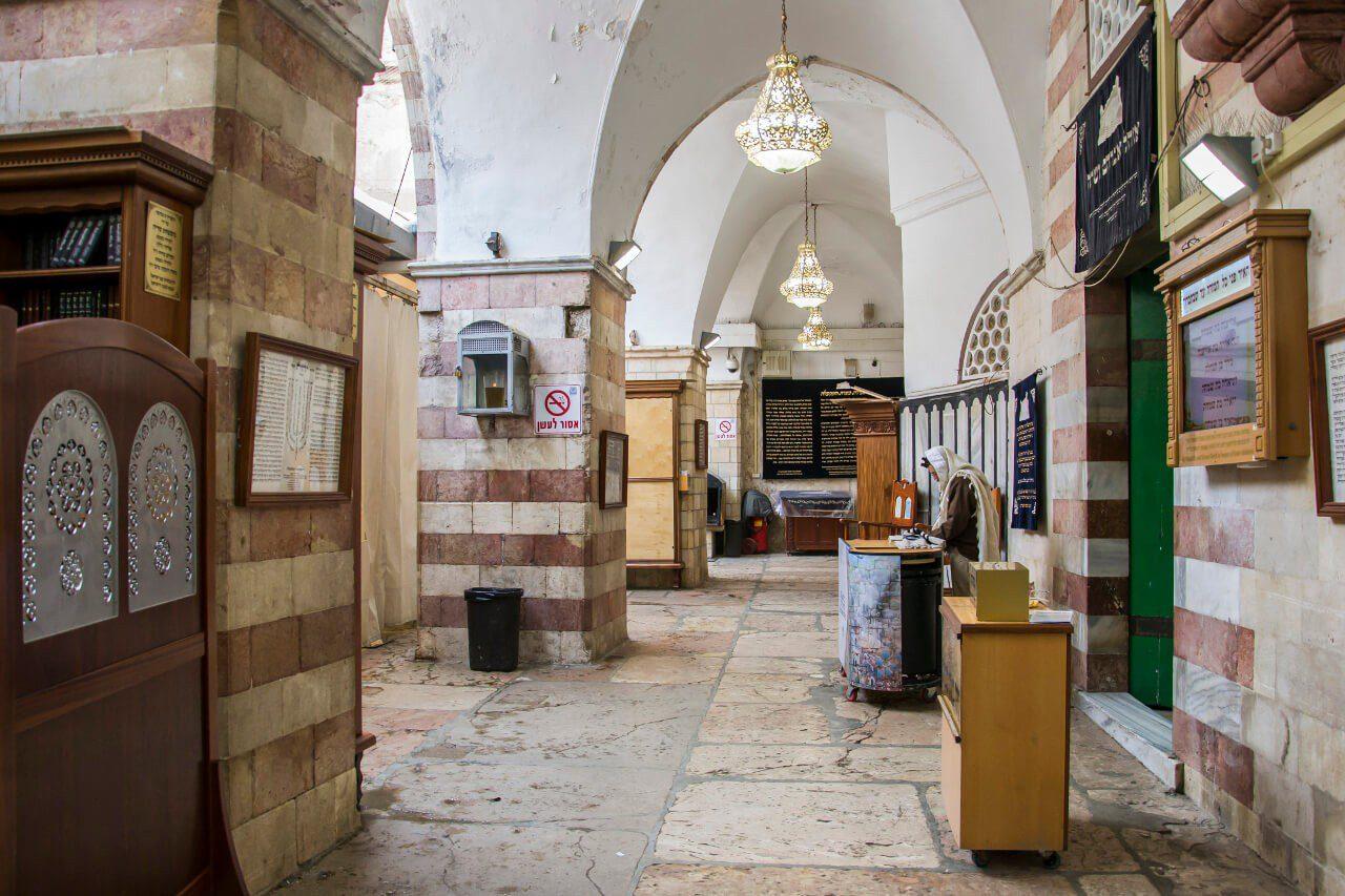 Wnętrze synagogi w Grocie Patriarchów w Hebronie.