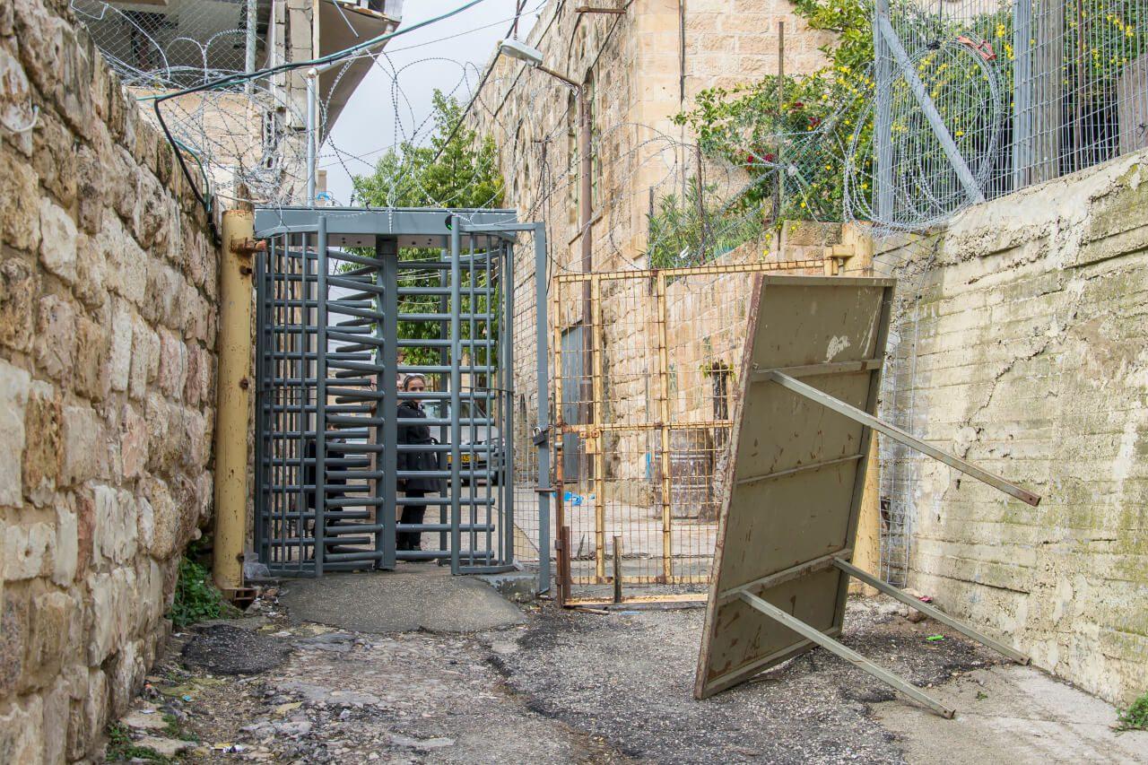 Wejście do meczetu w Grocie Patriarchów w Hebronie.