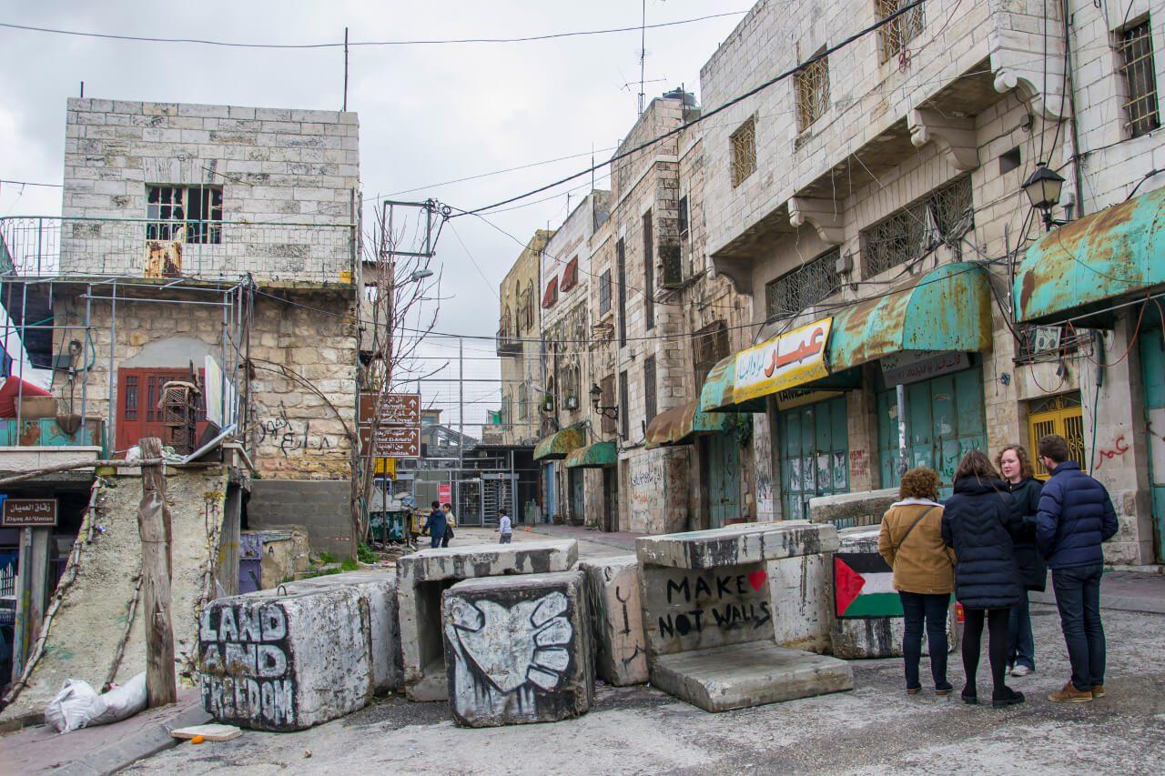 Betonowe barykady tuż przed checkpointem między palestyńską, a żydowską częścią miasta w Hebronie.