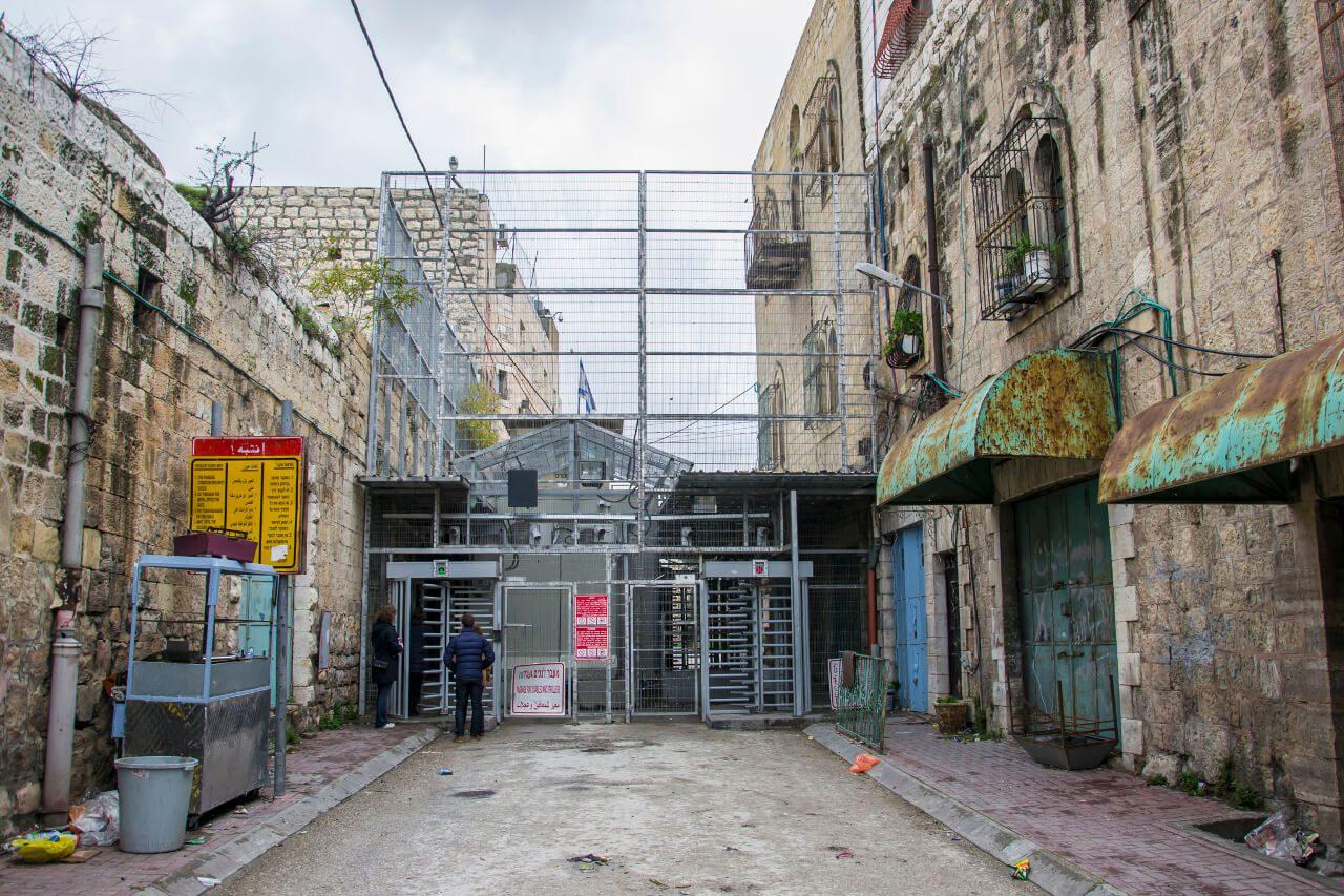 Hebron - Checkpoint, przez który codziennie palestyńskie dzieci przechodzą na stronę żydowską, aby móc dotrzeć do szkoły.