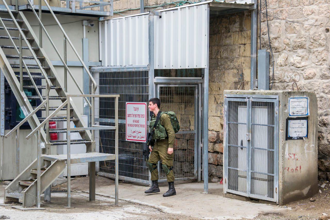Żołnierz pełniący służbę w checkpoincie w Hebronie.