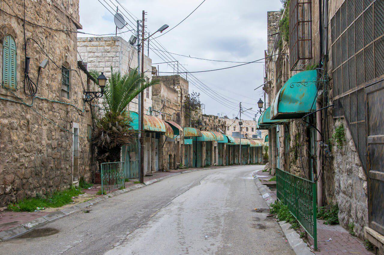 Zamknięte sklepy przy ulicy Al-Shuhada w Hebronie.