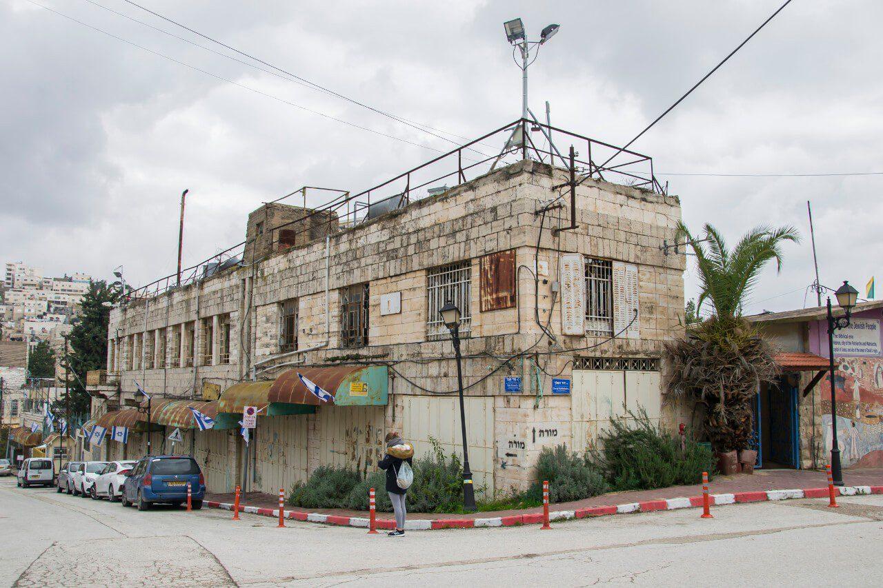 Jeden z dziesiątek opuszczonych przymusowo domów w mieście Hebron H2.