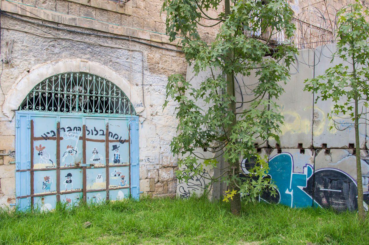 Mur dzielący Hebron na dwie części.