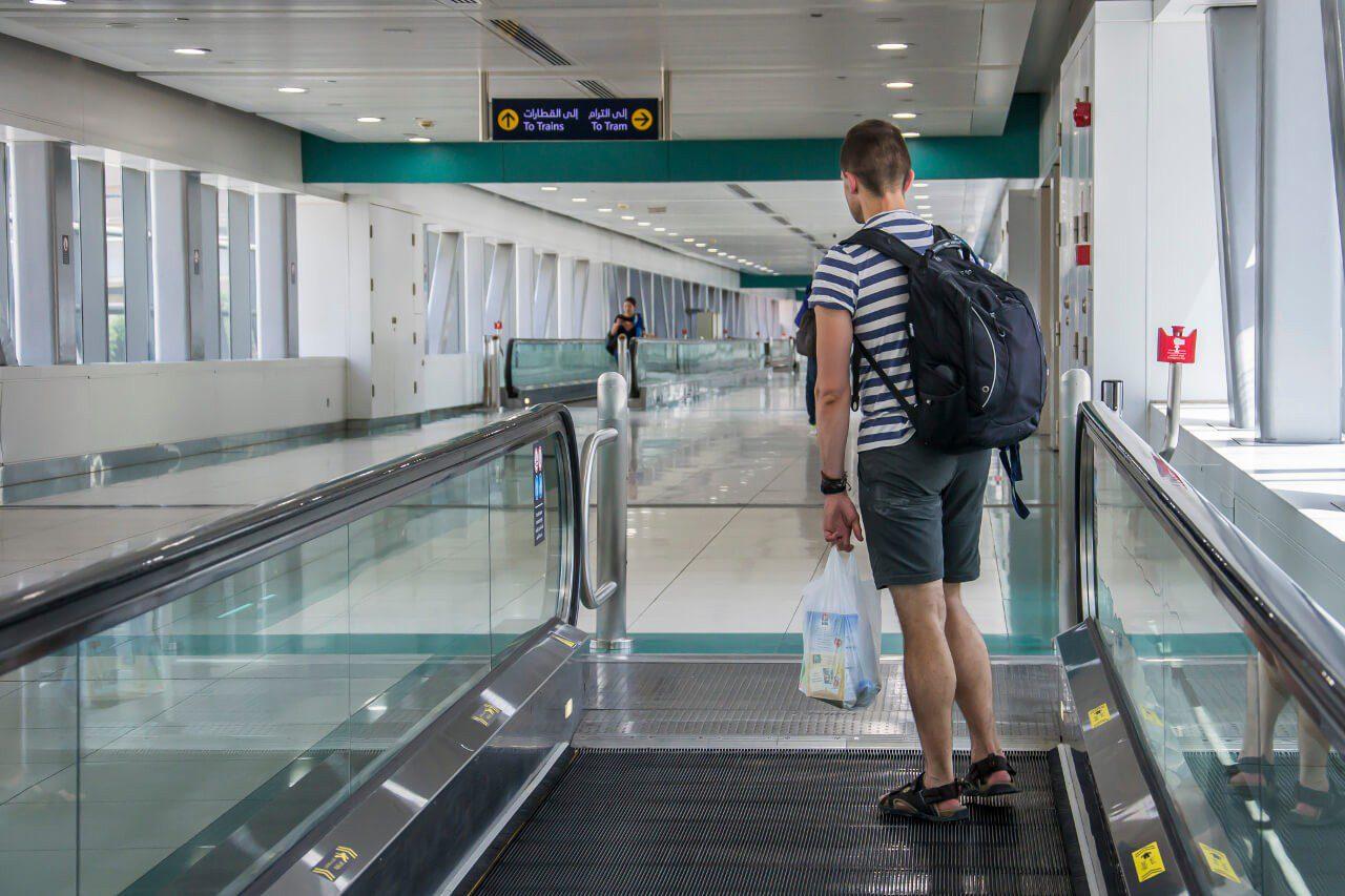 Bartek z bagażem podręcznym w Dubaju