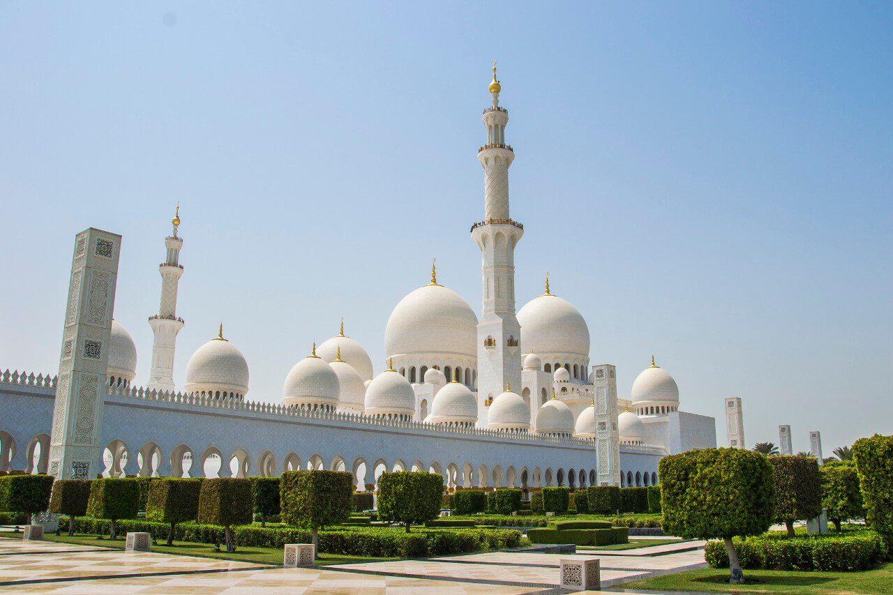 Wielki Meczet Szejka Zayeda w Abu Dhabi - widok z ogrodów