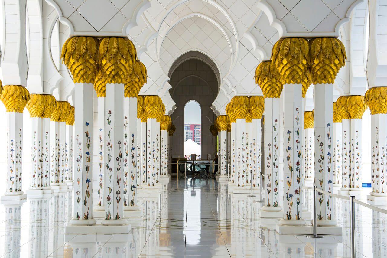 Kolumnada Wielkiego Meczetu w Abu Dhabi