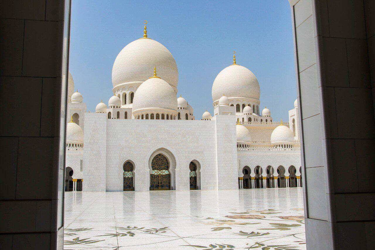 Wielki Meczet Szejka Zayeda w Abu Dhabi - widok z dziedzińca